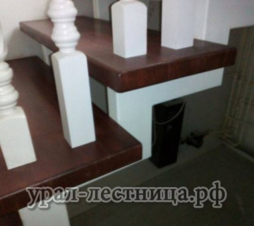 Лестница из лиственницы вместе с металлокаркасом