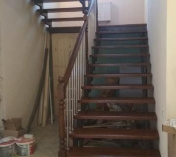 Обшивка железного каркаса лестницы со ступенями из лиственницы