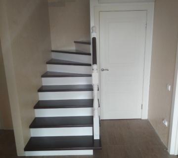 Обшивка железного каркаса лестницы со ступенями из бука