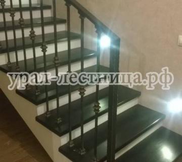 Обшивка бетонной лестницы с кованным ограждением