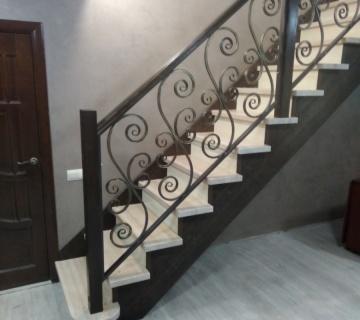 Деревянная лестница с кованным ограждением