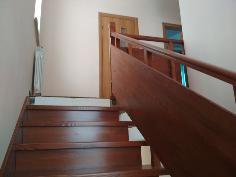 Две лестницы в подвал и на второй этаж