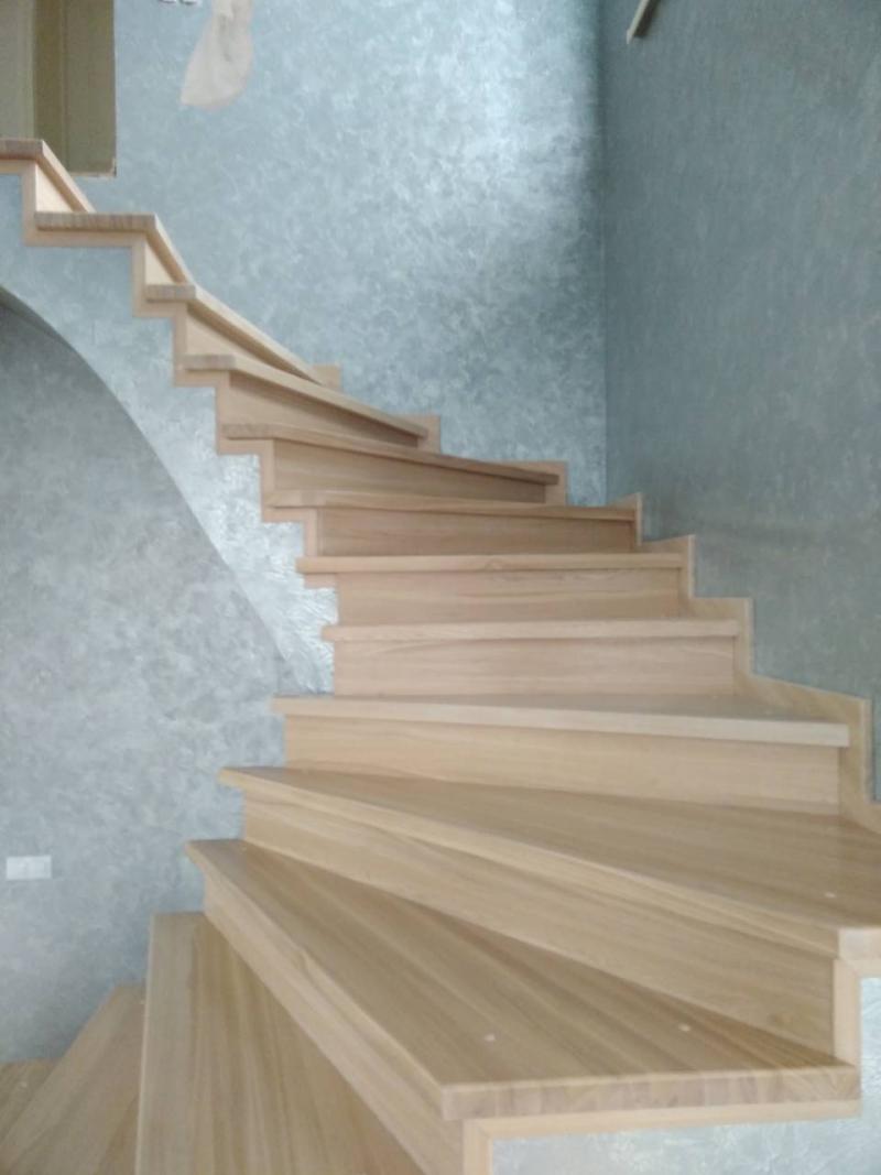 Обшивка бетонной лестницы ясенем